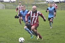 SOUBOJ TÝMŮ ZE DNA TABULKY. Fotbalisté Holýšova se v neděli utkali s Luby. A počtvrté bodovali. Na snímku hostující Sýkora (vpravo) vyváží míč. Stíhá ho holýšovský Stanislav Staněk.