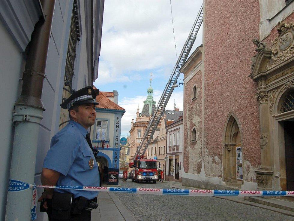 Z domažlického kostela padalo kamení.