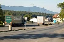 ODSTAVNÉ PRUHY před všerubskou celnicí nyní využívají hlavně o víkendech řidiči nákladních aut.