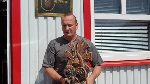 VLADIMÍR ZÁBRANSKÝ představuje jeden z exponátů – ozdobný koncový hřebenáč z Nevolic u Domažlic.