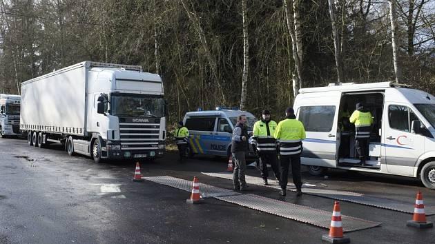 Kontrola kamionů na Podhájí. V popředí speciální váha.