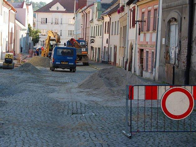 Stavební práce v Domažlicích - 16. září 2011. Vodní ulice.
