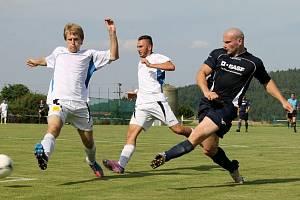 Kanonýr Tomáš Došek v divizním utkání střílí gól v modrém dresu Slavoje Koloveč.