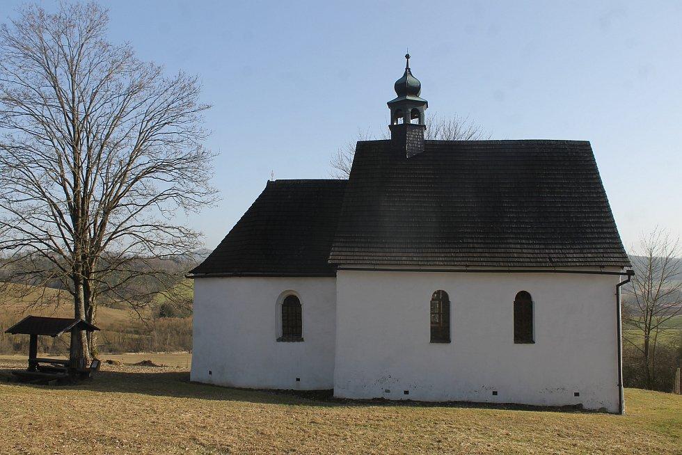 Cyklisté se dočkají nového infocentra, které by mělo vyrůst nad Brůdkem u Všerub. Na snímku je kostel svatého Václava, jehož kořeny sahají až do 11. století.
