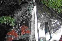 """Čelní sklo po nárazu prasklo, zadní část kamionu rozpárata i """"roh"""" autobusu pod ním."""