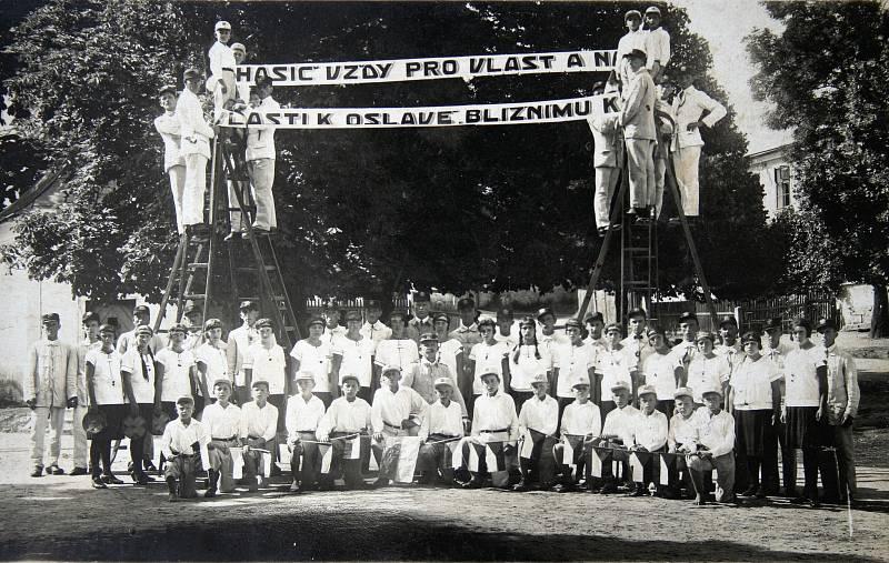 Rok 1931, kdy se konala sjezd dobrovolných hasičů Chodské župy domažlické.