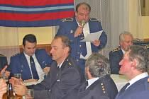 výroční valnou hromadu hasičů mrákovského okrsku č. 4, která se konala v pátek v hostinci v Pelechách,  zahájil a vedl jeho starosta Václav Sladký.