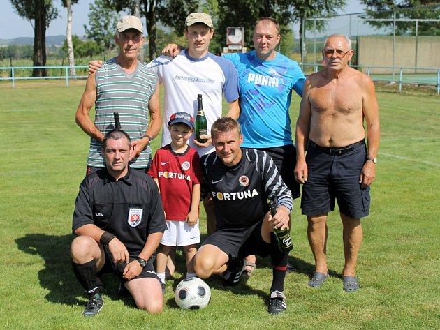 Aktéři soutěže v kopání penalt s gólmanem Danem Zítkou.