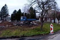 Z rekonstrukce silnice a stavby chodníku v Mrákově.