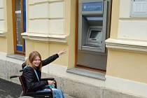 SCHŮDEK  k bankomatu v Kostelní ulici znemožňuje přístup pro vozíčkáře. I pohled na displej a obsluha klávesnice není možná.