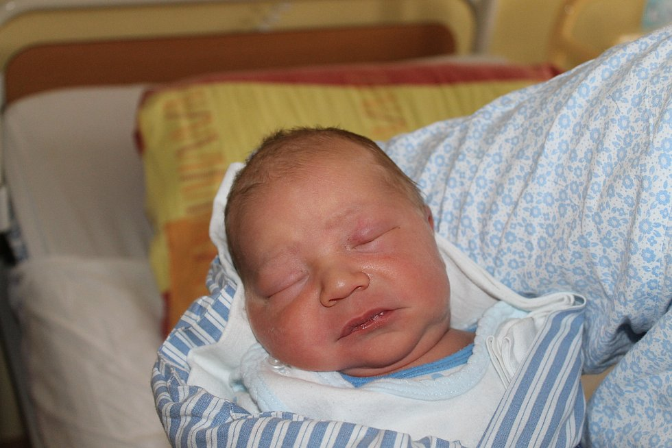 HONZÍK ČERVENKA z Trhanova (4240 g a 51 cm) se narodil 22. května v Domažlicích rodičům Vendule a Michalovi. Na brášku se doma těšily Eliška (16) a Michalka (4,5).