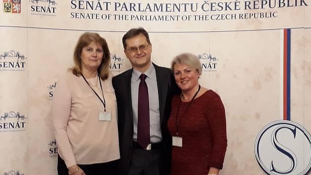 Hana Hoffmanová (vpravo) s Marií Ferencovou ze Žlutic (vlevo) na konferenci v pražském Senátu. Uprostřed Michal Šerák. Foto: H. Hoffmannová
