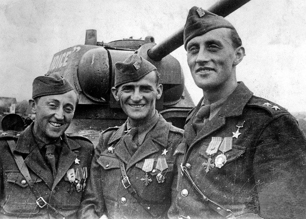Josef Buršík, rodák z Postřekova (uprostřed) se svými kamarády a spolubojovníky Antonínem Sochorem a Richardem Tesaříkem.
