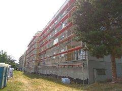 V Domažlicích probíhají práce na zateplení 12 bytových domů.