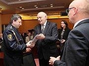 Hejtman Václav Šlajs předal pamětní medaile také dobrovolným hasičům z Domažlicka. Medaili obdržel i Václav Procházka.