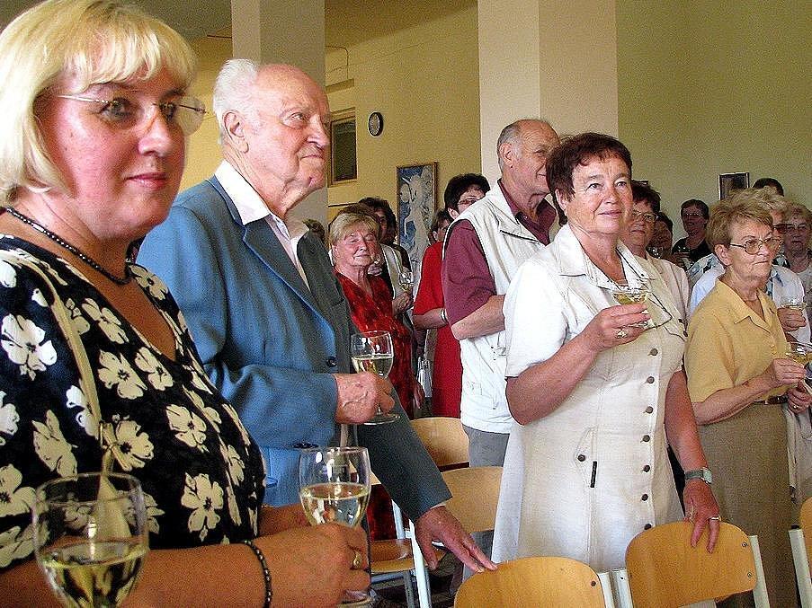 Vzácným hostem oslav 50. výročí Základní školy v Horšovském Týně byl jeden z bývalých ředitelů Josef Kohout (na snímku druhý zleva)