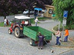 Pracovníci technických služeb provádějí pravidelnou údržbu v ulicích Domažlic.