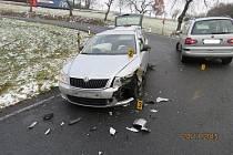 Z dopravní nehody v serpentinách nad Radonicemi.