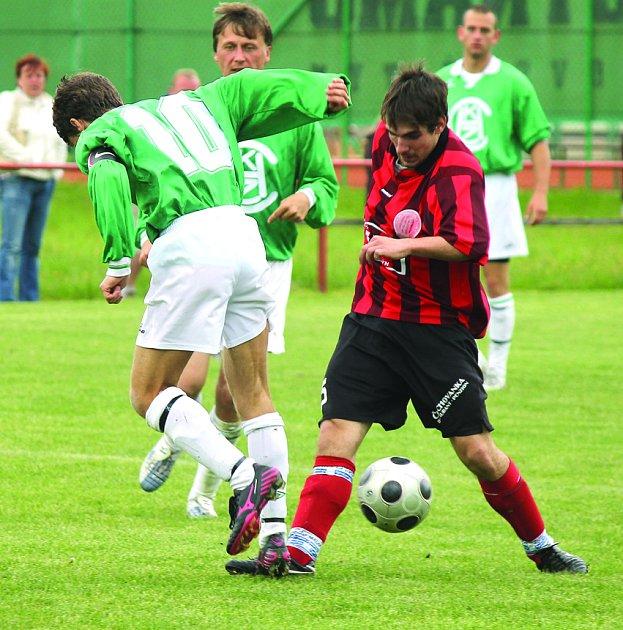 Martin Wolf v červenočerném na archivním snímku z utkání fotbalistů 1. FC Horšovský Týn s FK Staňkov.
