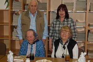 NEJVĚRNĚJŠÍ ČTENÁŘE vyhlásila domažlická knihovna. Stali se jimi Marie Stodolová (sedící vlevo), Eva Molinková a Jiří Průcha. Vedle něj stojí ředitelka knihovny Lenka Schirová.