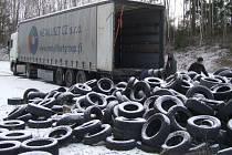 TŘI KAMIONY a další nákladní auto – taková kapacita byla třeba k odvozu tisíců pneumatik z černé skládky na dopravním hřišti.
