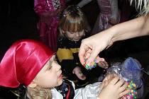 V sále MKS Domažlice uspořádal Dům dětí a mládeže Domino karneval pro děti.