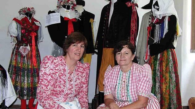 Marie Langová (vpravo) a Anna Burešová mají expozici Muzea krojů, které věnovaly spoustu času, na starosti. Přístupná je po telefonické domluvě na číslech 728 708 759 nebo 602 304 289.