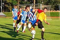 Záložník Jiskry Petr Mužík (v pruhovaném) otevřel v zápase s Hořovickem gólový účet. Byla to jeho již třetí branka v novém ročníku divize A