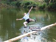 Petrovice - Petrovický utopenec – třetí ročník recesistických závodů – se konal v sobotu na tamním rybníku. Úkolem závodníků bylo přejet vodní plochu po úzké lávce. K vidění byli nejen cyklisté, ale třeba i dvojice se stavebním kolečkem.