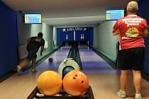 Loňský vicemistr Domažlické bowlingové ligy B.S.P. (v červeném dresu Marian Havlovic) aktuálně vede tabulku soutěže letošního ročníku. V úvodním kole po koronavirové pauze a celkově čtvrtém v sedmikolové nadstavbové části rozdrtil nejvyšším možným rozdíle
