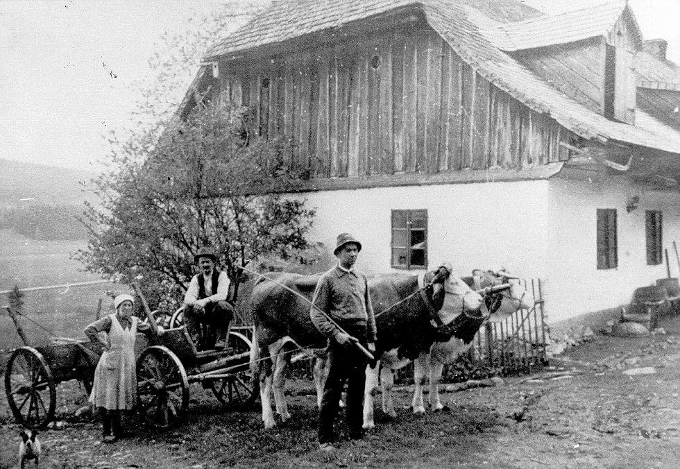 Kniha Po pěšinách Bělskem představuje historii regionu a jeho proměny. Součástí jsou dobové fotografie zaniklých obcí. Snímek pochází z bývalého Lískovce, kde se obyvatelé živili hlavně zemědělstvím nebo podomní výrobou krajky.