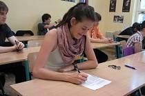 Šárka Rojtová z Domažlic při písemné maturitní zkoušce.