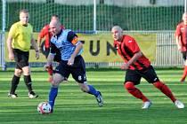 Kapitán FK Holýšov Miroslav Černohorský (v modrém).