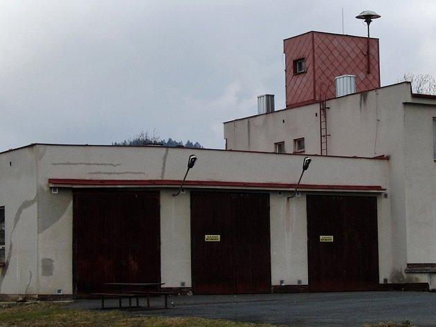Hasičská zbrojnice v Postřekově by měla letos dostat troje nová vrata.