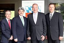 Tento tým povede chamský okres. Na fotografii (zprava) zástupce zemského rady Markus Müller, zemský rada Franz Löffler, dále okresní radní Sandro Bauer a Franz Reichhold.