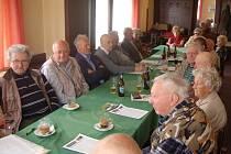 SETKÁNÍ ČLENŮ DOMAŽLICKÉHO KLUBU PTP. Na členskou schůzi přišlo 20 ze současných 26 členů.