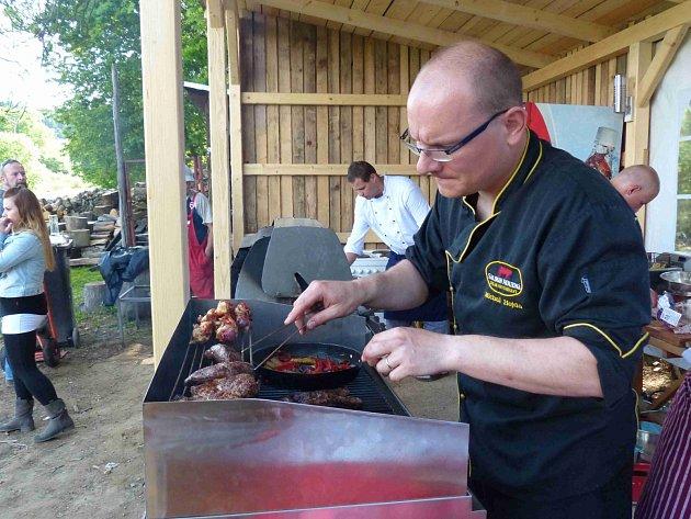 MICHAL HOJDA dohlížel coby šéfkuchař na přípravu všech grilovaných dobrot.