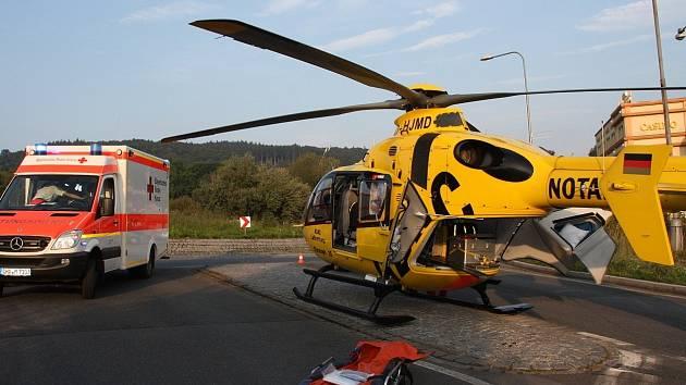 Z MÍSTA NEHODY MOTOCYKLISTY VE FOLMAVĚ. Zasahoval tam lékař a záchranáři z Bavorského Červeného kříže a také vrtulník německého autoklubu ADAC.