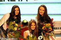 Sarah Karolyiová (vlevo) ve finále Miss Reneta 2015.