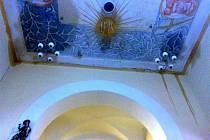 Zatékání během oprav věže do kostela v Trhanově.