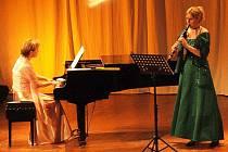 Ludmila Peterková a Iriona Kondratěnko (zprava) se představily v úvodu kurzu v domažlickém MKS. Tam se konal i závěrečný koncert účastníků klarinetového kurzu.