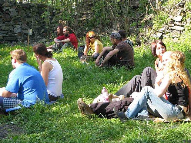 Rýzmberský večírek přilákal návštěvníky bez rozdílu věku. V překrásném prostředí hradní zříceniny na ně čekala hudba, výstava fotografií i čajovna.