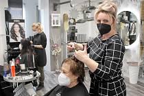Pavlína Novosadová v pondělí po dlouhých měsících mohla znovu otevřít své kadeřnictví, které sídlí na domažlickém náměstí. Na fotografii střihá zákaznici Jaroslavu Hrabíkovou.