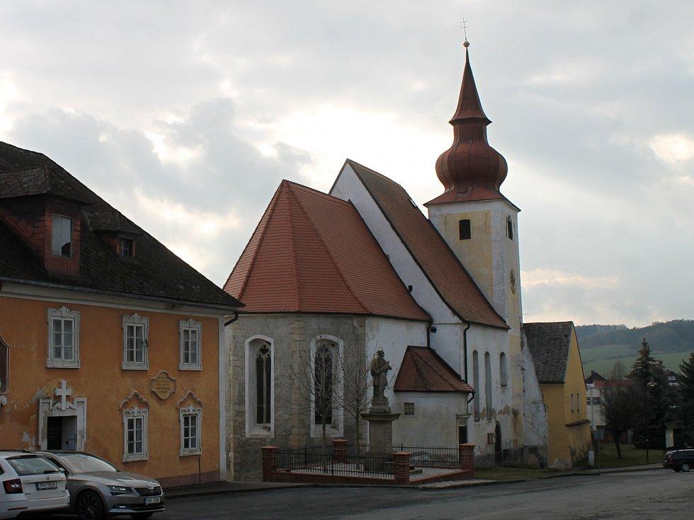 Kostel Nanebevzetí Panny Marie na náměstí Míru v Poběžovicích.