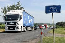 Frézování a pokládka nového asfaltu mezi Holýšovem a Ohučovem potrvá nejpozději do konce příštího týdne.