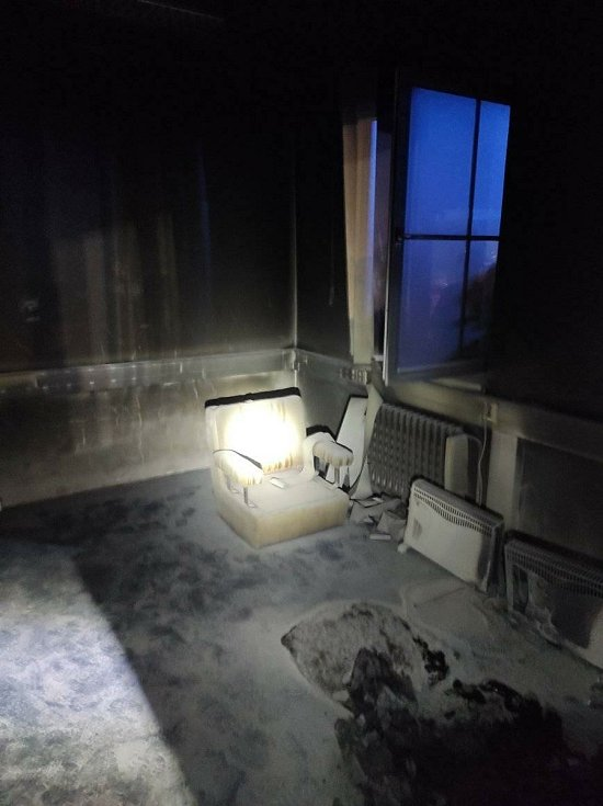 Událost se stala v noci na úterý. Podle starosty Všerub Václava Bernarda zapříčinila požár technická závada na přímotopu.