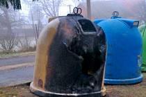 OHOŘELÝ KONTEJNER. V Dílích plastová nádoba na odpad vzplála v bezprostřední blízkosti stromu a obecního sálu.