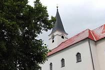 Mrákovský kostel sv. Vavřince. Jeho věž má hodiny a nyní se řeší, komu vlastně patří.