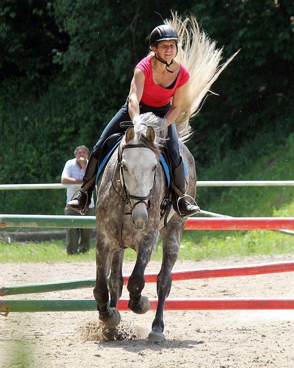 Jezdecké hobby závody na kolbišti pod Vavřincem v Domažlicích. Eva Svobodová s Ibiškem z TJ Holýšov.