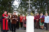 Zhruba sto padesát lidí si nenechalo ujít svěcení křížů v Luženičkách,kterého se zúčastnil i biskup Plzeňské diecéze František Radkovský.